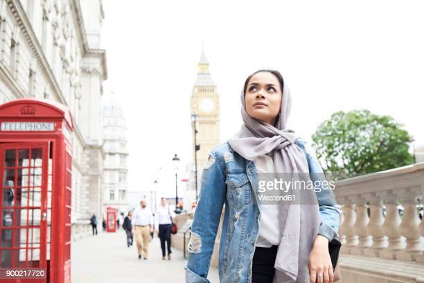uk, england, london, young woman wearing hijab walking in the city - vestuário modesto - fotografias e filmes do acervo