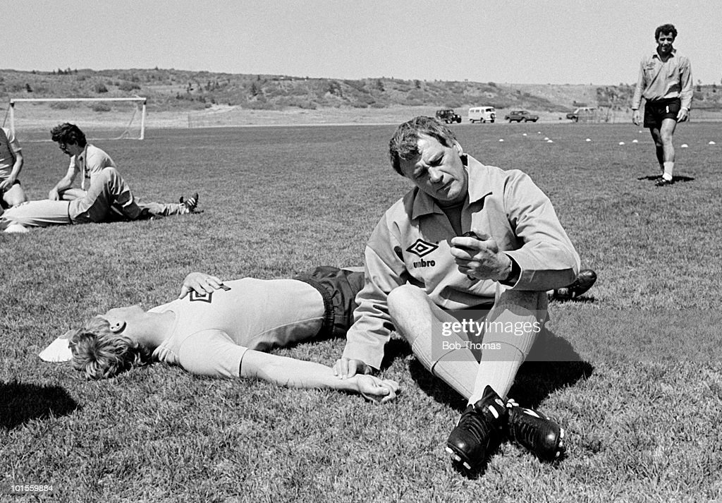 England manager Bobby Robson does a pulse test on goalkeeper Chris Woods to check his acclimatisation to high altitude during pre-World Cup training at Colorado Springs, Colorado USA on 15th May 1986. (Bob Thomas/Getty Images).