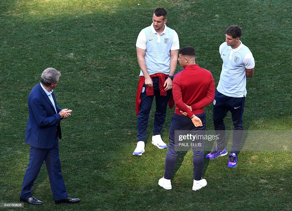 England manager Roy Hodgson (L) talks to England goalkeeper Tom Heaton, England midfielder Ross Barkley and England defender John Stones in the stadium in Nice, on June 26, 2016 during the Euro 2016 football tournament. / AFP / PAUL