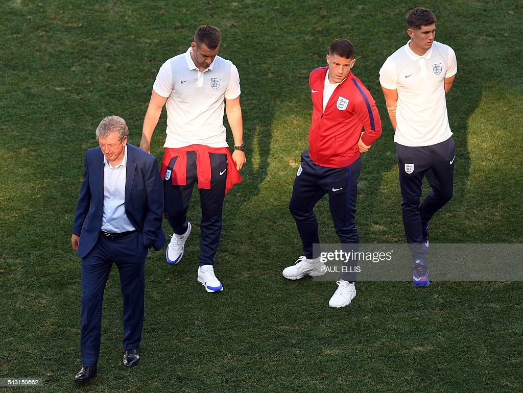 England manager Roy Hodgson (L) walks with England midfielder Ross Barkley and England defender John Stones in the stadium in Nice, France on June 26, 2016 during the Euro 2016 football tournament. / AFP / PAUL