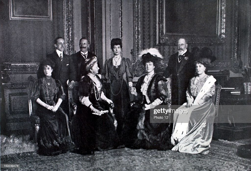England, 1907, Meeting of eight monarchs in the 'Red Room' of Windsor, Alfonso XIII, Wilhelm II, Edward VII, Queen Maus of Norway, empress Augusta of Germany, Queen Alexandra of England, Queen Amelie of Portugal and Queen Victoria of Spain. : News Photo