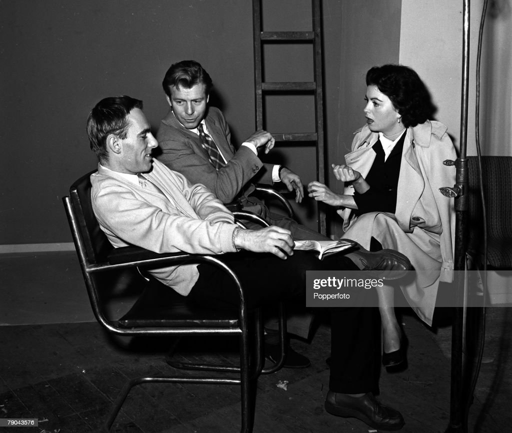 """England. 1955. Pictured on the set of the film """"Timeslip"""" are L-R: Director Ken Hughes, Gene Nelson and Faith Domergue. : News Photo"""