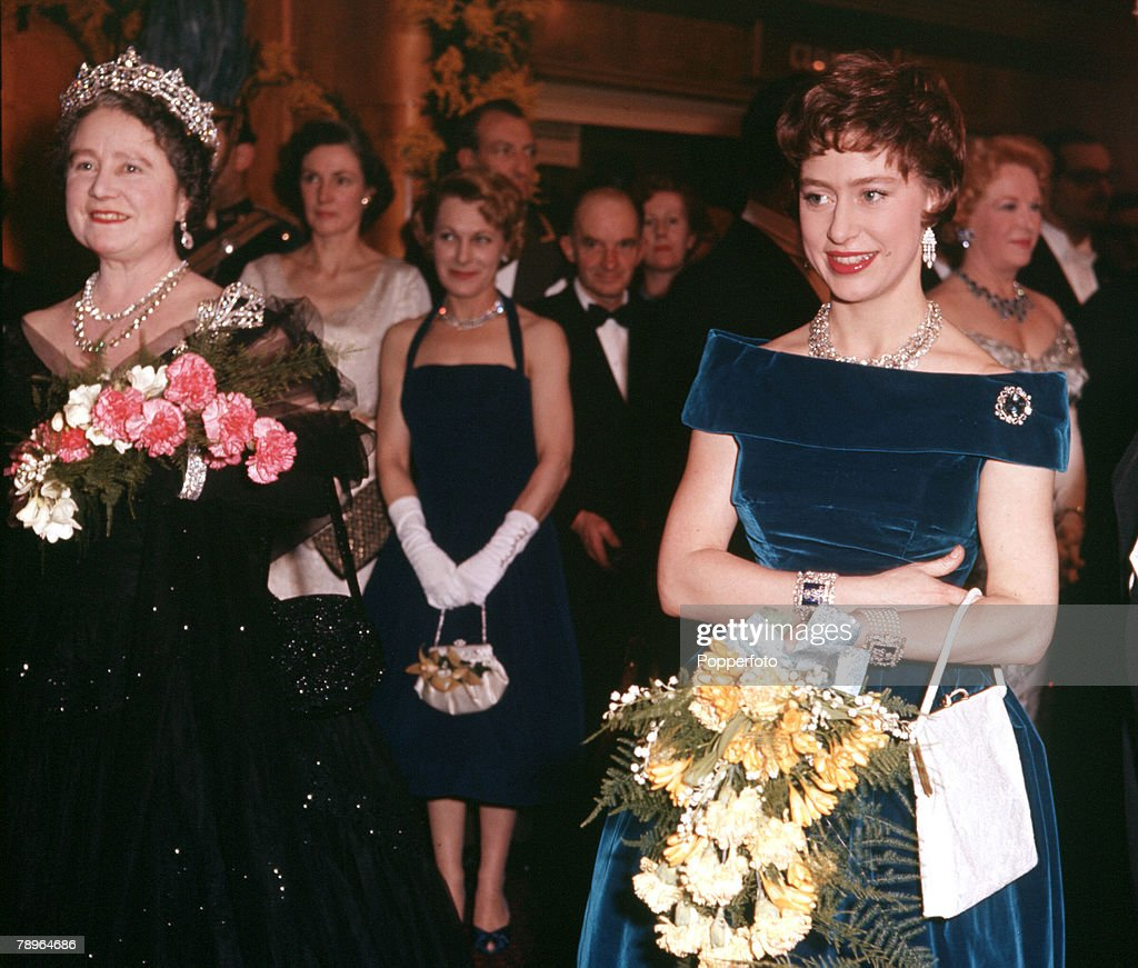 England. 1961. The Queen Mother (left) is pictured with her daughter Princess Margaret. : Nachrichtenfoto