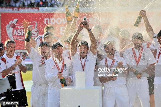 England v Australia 5th TEST AT THE OVAL. 4th DAY 23/8/09. ENGLAND RETAIN THE ASHES THE TEAM CELEBRATE.