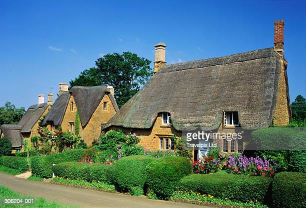 england,oxfordshire,great tew, traditional thatched cottages - grounds stock pictures, royalty-free photos & images