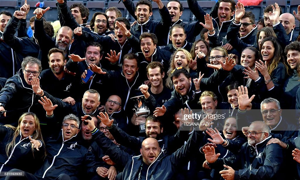TOPSHOT - England's Andy Murray poses with the tennis court crew after winning the men's final match against Serbia's Novak Djokovic at the ATP Tennis Open on May 15, 2016 at the Foro Italico in Rome. / AFP / TIZIANA