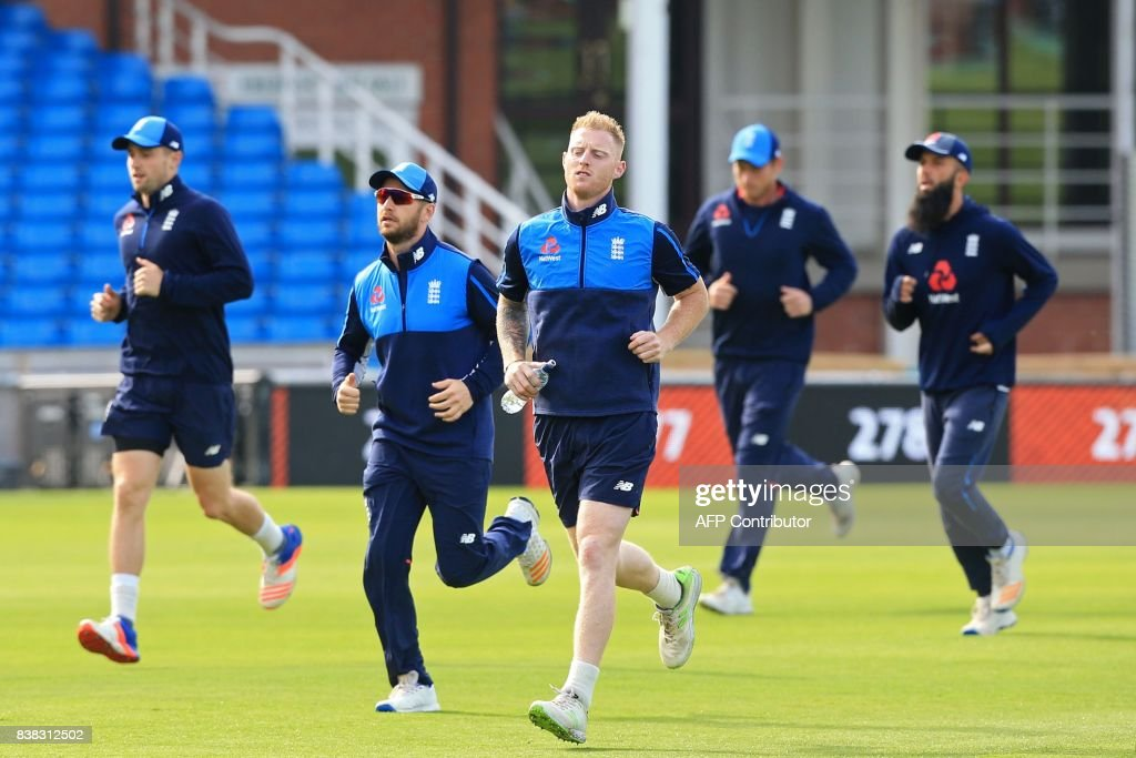 England's Ben Stokes (C) and teammates warm up during a nets practice session at Headingley cricket ground in Leeds, northern England on August 24, 2017, ahead of the second Test match against West Indies. / AFP PHOTO / Lindsey PARNABY / RESTRICTED