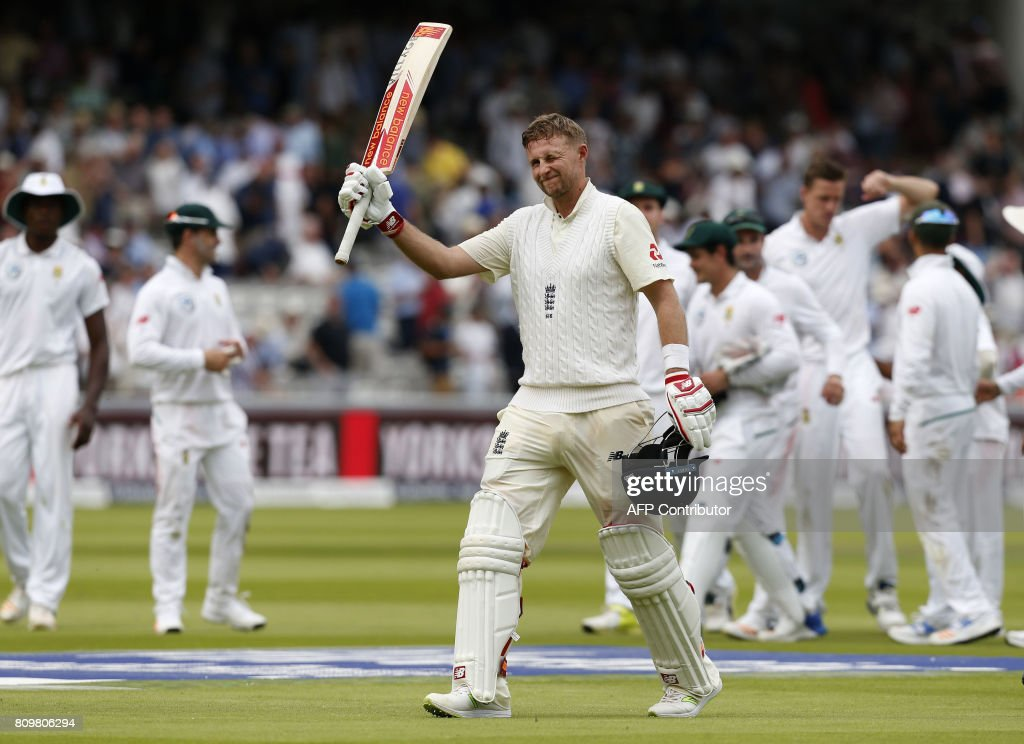Englands captain Joe Root acknowledges the crowd as he leaves the field at the end of play on 184 not out on the first day of the first Test match between England and South Africa at Lord's Cricket Ground in central London on July 6, 2017. / AFP PHOTO / Ian KINGTON