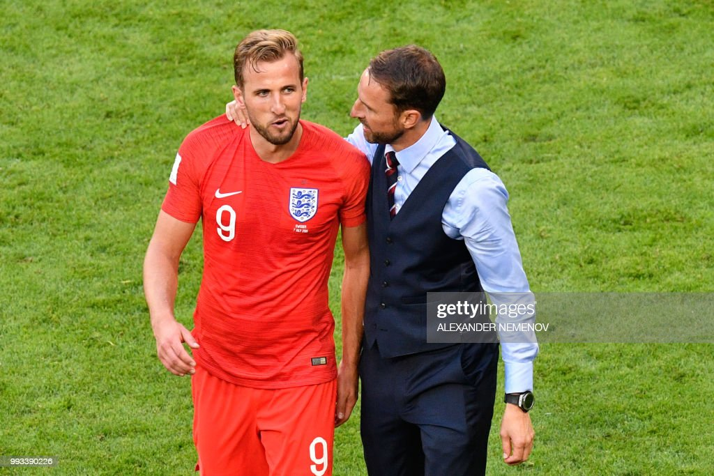 TOPSHOT - England's coach Gareth Southgate (R) and England's forward Harry Kane celebrate after winning during the Russia 2018 World Cup quarter-final football match between Sweden and England at the Samara Arena in Samara on July 7, 2018. (Photo by Alexander NEMENOV / AFP) / RESTRICTED