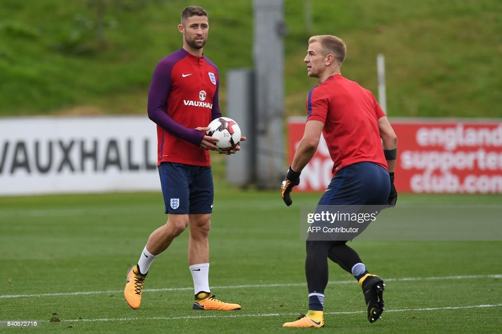 England's defender Gary Cahill (L) watches England's goalkeeper Joe Hart during a training session at St George's Park in Burton-on-Trent on August 29, 2017, as part of an England football team media day ahead of their 2018 FIFA World Cup qualifier matches against Malta on September 1 and Slovakia on September 4. / AFP PHOTO / Paul ELLIS / NOT