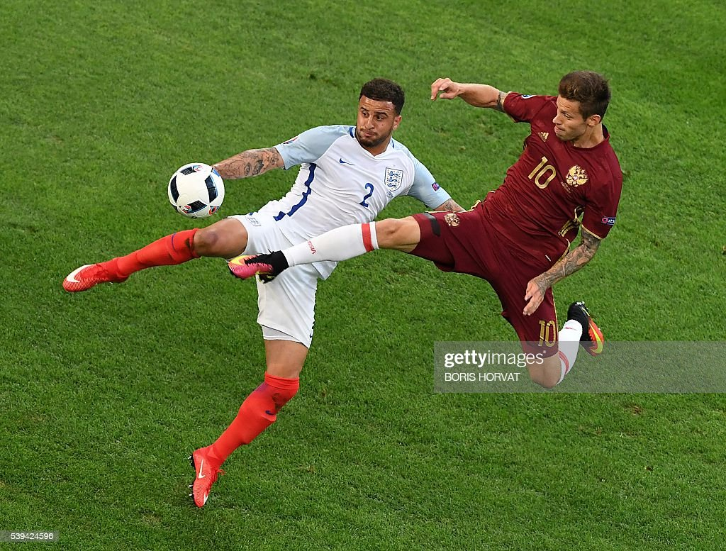 TOPSHOT - England's defender Kyle Walker vies with Russia's forward Fedor Smolov during the Euro 2016 group B football match between England and Russia at the Stade Velodrome in Marseille on June 11, 2016. / AFP / BORIS