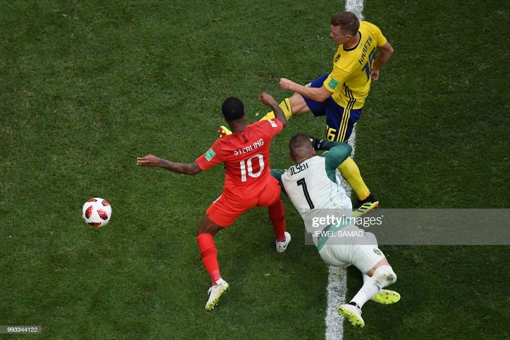 TOPSHOT - England's forward Raheem Sterling (L) vies for the ball with Sweden's goalkeeper Robin Olsen (C) and Sweden's defender Emil Krafth during the Russia 2018 World Cup quarter-final football match between Sweden and England at the Samara Arena in Samara on July 7, 2018. (Photo by Jewel SAMAD / AFP) / RESTRICTED