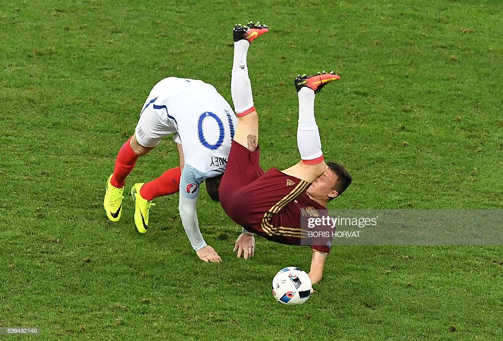 TOPSHOT - England's forward Wayne Rooney (L) vies with Russia's midfielder Aleksandr Golovin during the Euro 2016 group B football match between England and Russia at the Stade Velodrome in Marseille on June 11, 2016. / AFP / BORIS