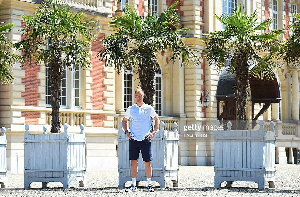 England's goalkeeper Joe Hart poses after a press conference in Chantilly, north of Paris, on June 9, 2016, on the eve of the beginning of the Euro 2016 football tournament. / AFP / PAUL