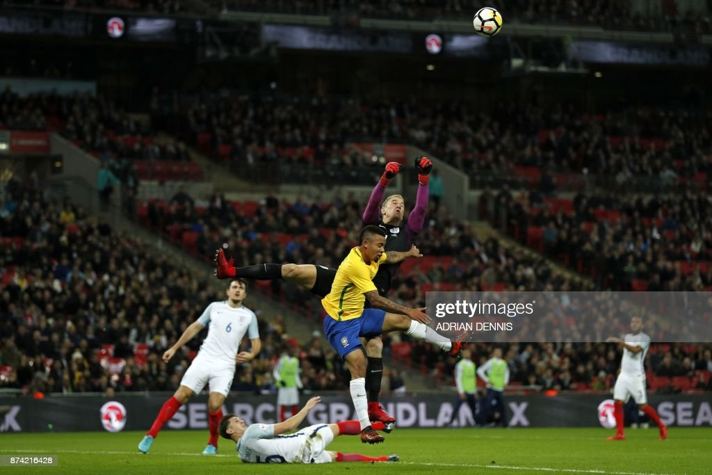 TOPSHOT - England's goalkeeper Joe Hart (C) punches the ball clear during the international friendly football match between England and Brazil at Wembley Stadium in London on November 14, 2017. / AFP PHOTO / Adrian DENNIS / NOT
