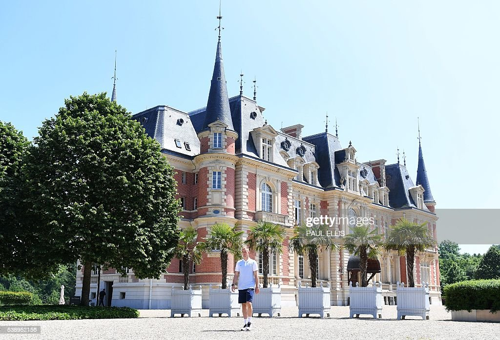 England's goalkeeper Joe Hart walks after a press conference in Chantilly, north of Paris, on June 9, 2016, on the eve of the beginning of the Euro 2016 football tournament. / AFP / PAUL