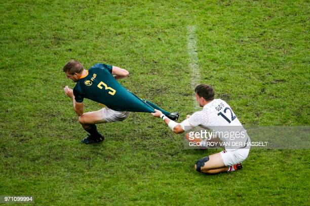TOPSHOT England's Harry Glover vies with South Africa's Dylan Sage during the 2018 Paris Sevens final of the Men cup rugby 7s between SouthAfrica and...