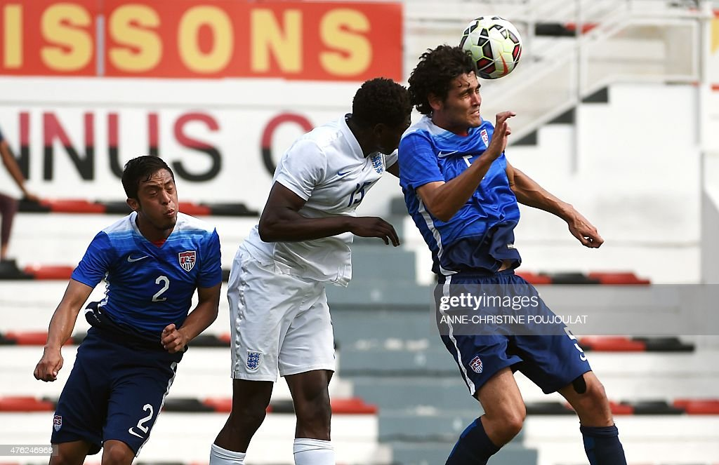 England's Kortney Hause (C) vies with USA's William Packwood (R) during the Under 21 international football match England vs USA, at the Mayol Stadium in Toulon, southern France on June 7, 2015, as part of the 'Festival international Espoirs de Toulon' (Toulon Hopefuls' Tournament).