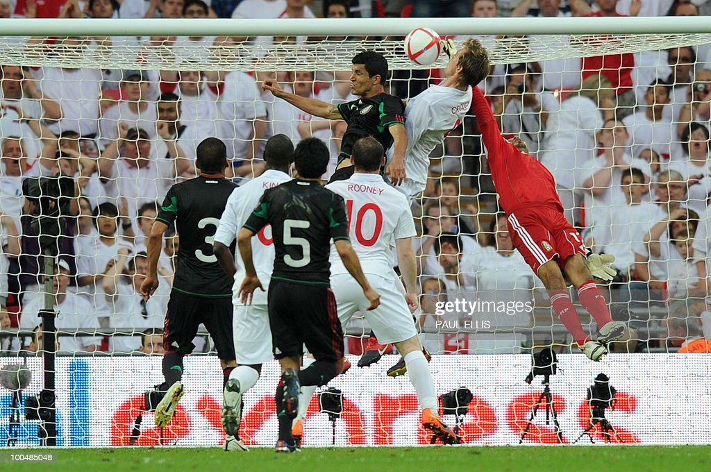 England's Peter Crouch (2nd R) scores during their international friendly football match against Mexico at Wembley Stadium in London on May 24, 2010 AFP PHOTO/Paul Ellis