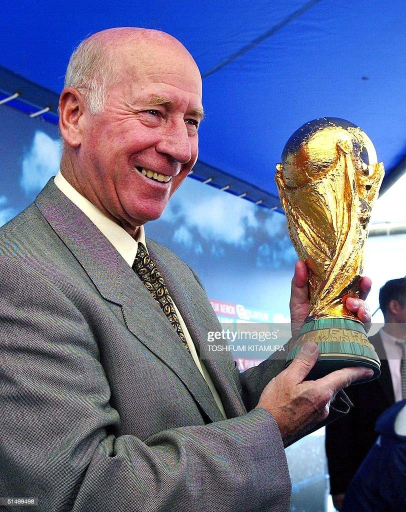 England's soccer legend Bobby Charlton holds the F : News Photo