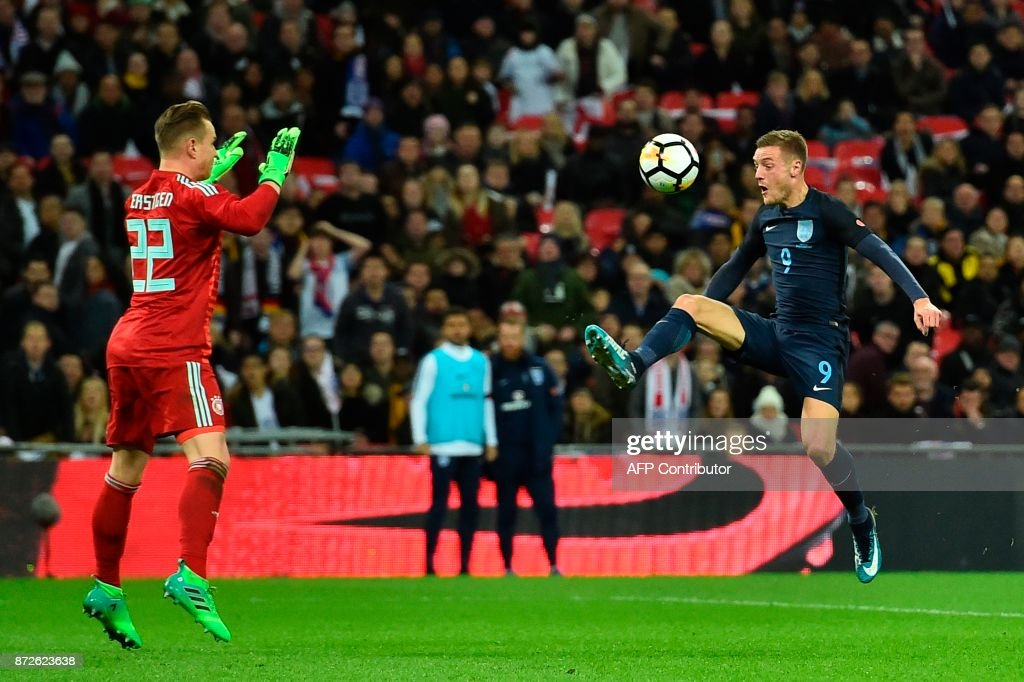 England's striker Jamie Vardy (R) tries to control a ball and put it past Germany's goalkeeper Marc-Andre ter Stegen (L) but the ball spins wide during the friendly international football match between England and Germany at Wembley Stadium in London on November 10, 2017. / AFP PHOTO / Glyn KIRK / NOT