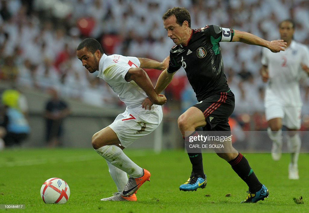 England's Theo Walcott is tackeld byMexico's Gerardo Torrado during their international friendly football match at Wembley Stadium in London on May 24, 2010 AFP PHOTO/Carl de Souza