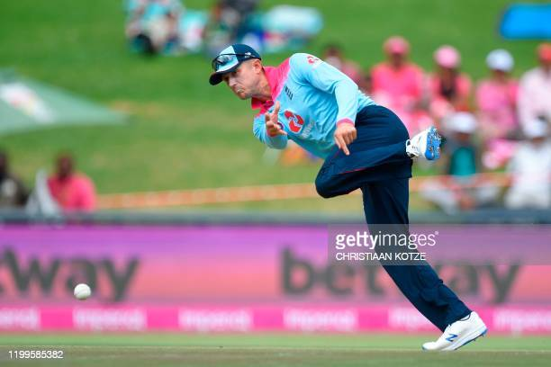 TOPSHOT England's Tom Curran throws the ball during the third one day international cricket match between South Africa and England at the Wanderers...