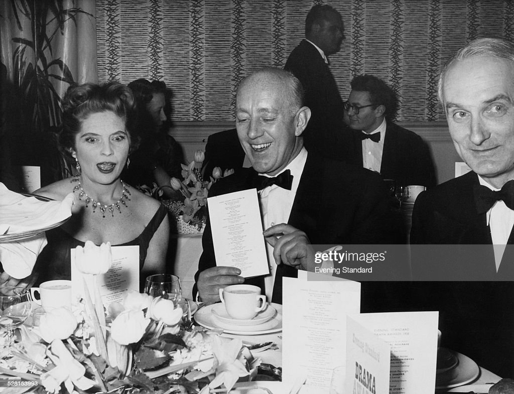 English actor Alec Guinness (1914 - 2000, centre) with American actress Dorothy Hyson (1914 - 1996) at the Evening Standard theatre awards, London, 27th January 1959.