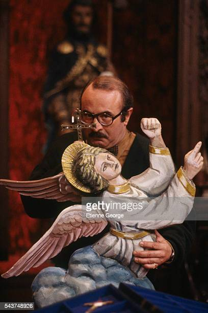 English actor Bob Hoskins on the set of 'The Favour the Watch and the Very Big Fish' directed by Polishborn filmmaker Ben Lewin The film is based on...
