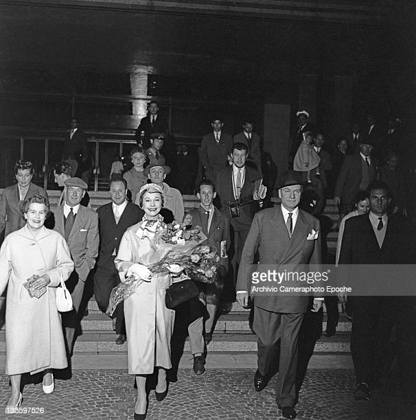 English actor Laurence Olivier with his wife Vivien Leigh portrayed while getting out the train station Venice 1957