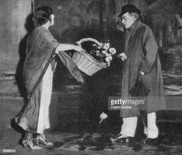 English actor-manager Herbert Beerbohm Tree as Professor Henry Higgins and Mrs Patrick Campbell as Cockney flower girl Eliza Doolittle in a London...