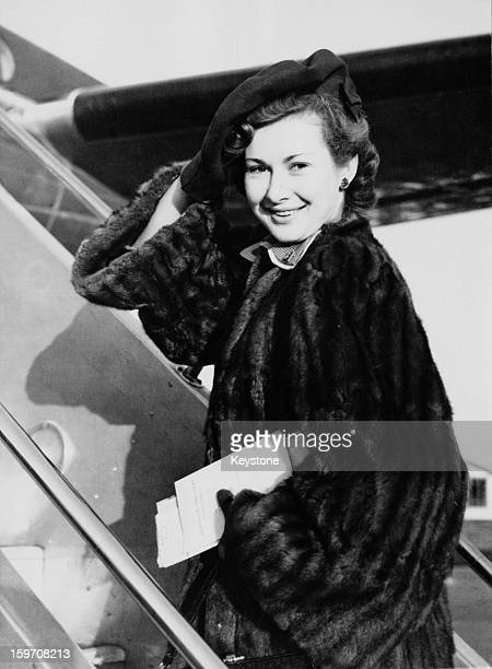 English actress Dinah Sheridan boards a plane at London Airport bound for Kenya 29th November 1950 She will be filming scenes for the movie 'Where No...