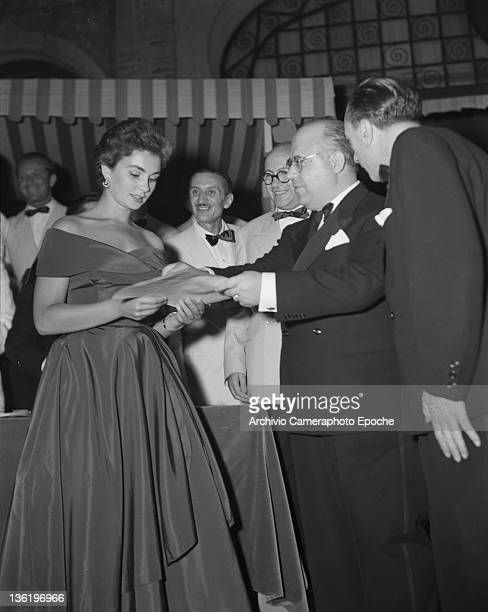 English actress Jean Simmons during a prizegiving with the minister Gonella Venice 1950