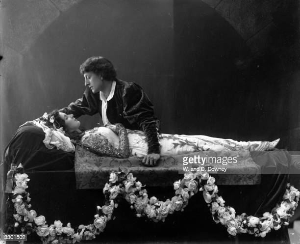 English actress Mrs Patrick Campbell as Juliet being mourned by Johnston ForbesRobertson as Romeo in a production of Shakespeare's 'Romeo And Juliet'...