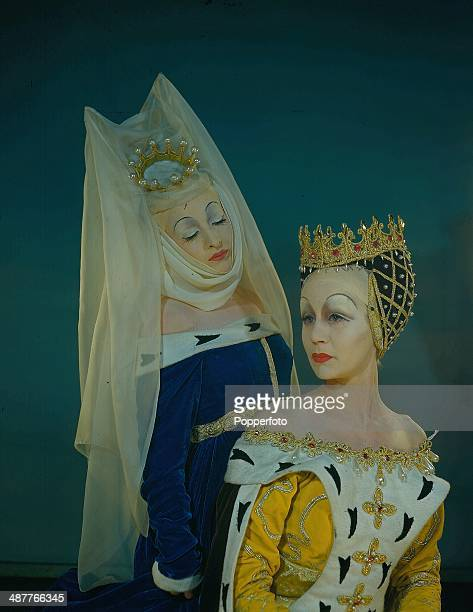 1945 English actresses Joyce Redman as Lady Anne and Margaret Leighton as Queen Elizabeth in costume while performing at the Old Vic Theatre in a...