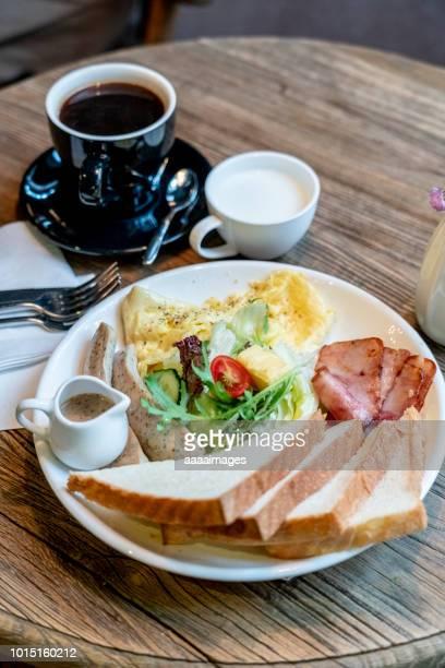 english breakfast - servierfertig stock-fotos und bilder
