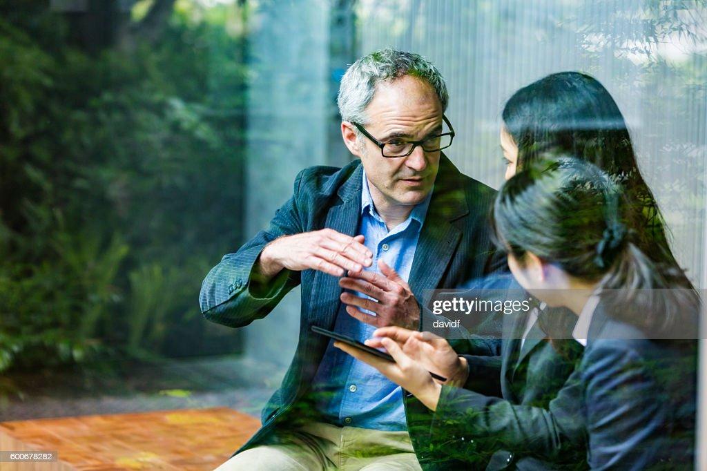 English Businessman Working Advising Japanese Corporate Professional Business Women : Stock-Foto