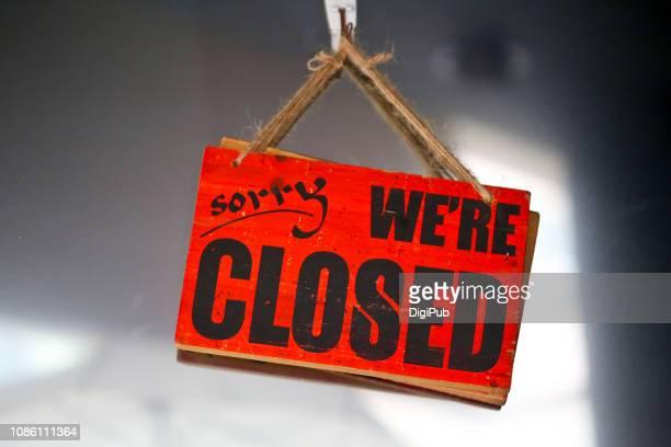 english closed sign - sluiten stockfoto's en -beelden