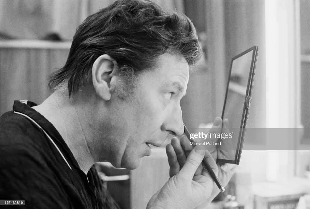 English comedian, singer, actor and variety performer Max Bygraves (1922 - 2012) putting on make-up in a dressing room, 22nd January 1973.