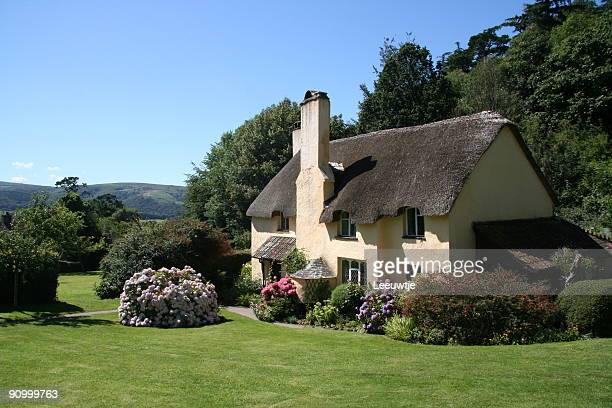 english cottage in the country - engelse cultuur stockfoto's en -beelden