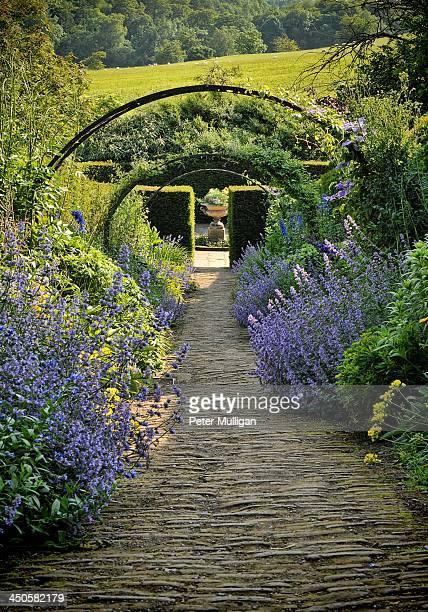 english country garden - モーペス ストックフォトと画像