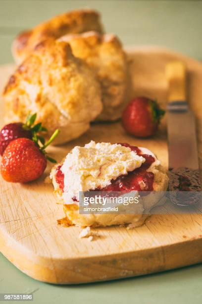 inglês cream chá (scones com geleia e creme) - scone - fotografias e filmes do acervo