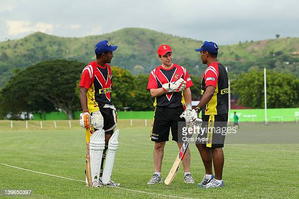 English cricket player Geraint Jones talks to players Hitoli Areni and National Captain Rauru Dikana at Amini Park Jones arrived to Join the Papua...