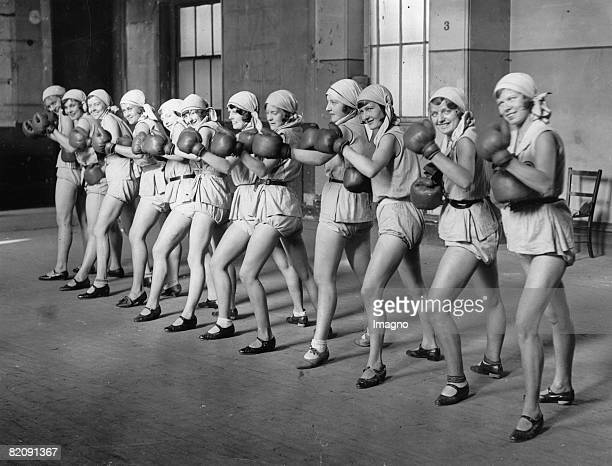 English dancing group at a boxing lesson, Photograph, October 7th 1929 [Eine englische Tanzgruppe beim Boxunterricht, Photographie 10,1929]
