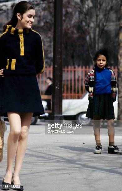 English Fashion Of Mini Skirts Invests Paris Paris avril 1964 La mode des mini jupes sourire et étonnement sur le visage d'une fillette regardant...