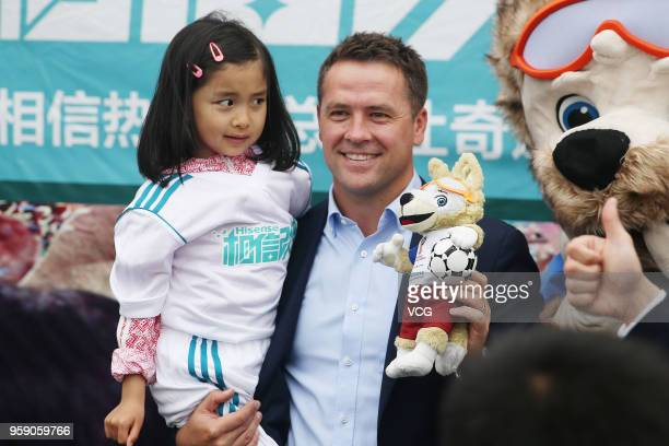 English former footballer Michael Owen interacts with a fan during Hisense 'Road to Russia' FIFA World Cup event on May 15 2018 in Qingdao Shandong...