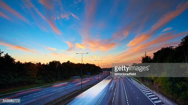 Englisch Autobahn während dem Sonnenuntergang