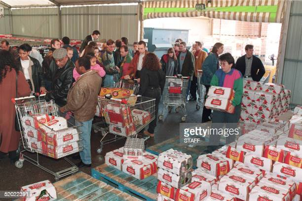 English people rush in a French supermarket 20 December 1993 to stock up with beer, alcool and others drinks that are less expensive than in their...