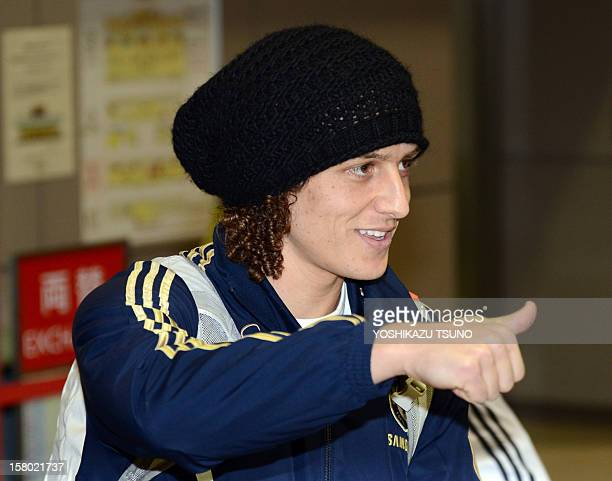 English Premier League football team Chelsea defender David Luiz gives a thumbs up to Japanese fans upon his arrival with the team at Narita...