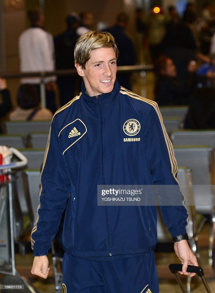 English Premier League football team Chelsea forward Fernando Torres (C) arrives with the team at Narita International Airport in Narita, suburban Tokyo on December 9, 2012. Chelsea will play a semi-final match in the Club World Cup tournament in Yokohama on December 13. AFP PHOTO / Yoshikazu TSUNO